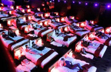 【世界の豪華すぎる映画館8選】オシャレな客席からベッドで寝転がって鑑賞できる映画館など総まとめ。